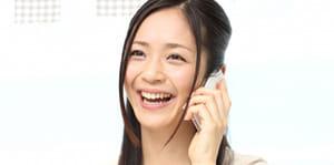 女性電話中